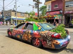 【ケンジントン・マーケット】名物の路上アート、車がガーデンに?
