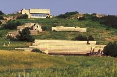 【ヘッド-スマッシュト-イン・バッファロー・ジャンプ】世界遺産の崖に沿って建てられている