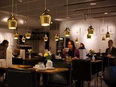 【カフェ・アアルト】照明器具もステキな店内