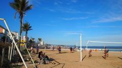【イパネマ海岸】ビーチでスポーツを楽しむ人々