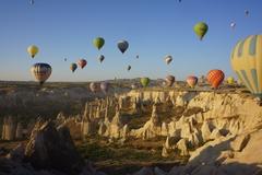 【ギョレメ国立公園とカッパドキアの岩窟群】気球から見た気球と愛の谷