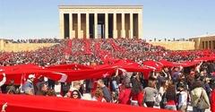 【アタチュルク廟】アタトゥルクに関する記念日には国旗が掲げられ多くの国民が訪れる