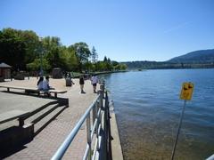 【ケローナのダウンタウン】湖に沿った遊歩道を歩くのも楽しい