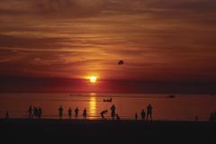 【ミンディル・ビーチ】ティモール海に沈む夕日に集まる人々/Tourism Australia