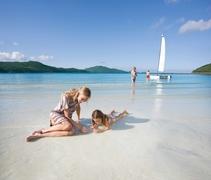 【キャッツアイ・ビーチ】白い砂浜にさざ波が打ち寄せる美しい海岸線
