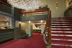 【クイーンズ劇場】2階席への大階段