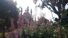 【ロイヤル・パビリオン】手入れの行き届いた庭園は1年中季節の花が見られる。