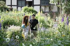 【アン・ハサウェイの家】茅葺屋根のコテージと自然な庭