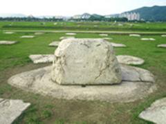 【皇竜寺址(テイリュウジアト)】当時は9層から出来ている木造の塔があったとされる