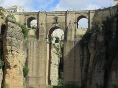 【ヌエボ橋】下から見上げる橋は迫力がある