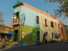 【カミニート(小径)】色鮮やかな家の壁