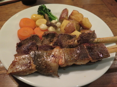 【プカラ】串焼きの肉はビーフ、アルパカ、クイから選べる