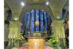 【アーヘン大聖堂】25メートルのステンドグラスがきらめく「ガラスの家」