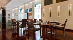 【カフェ・アララト】明るい雰囲気の店内