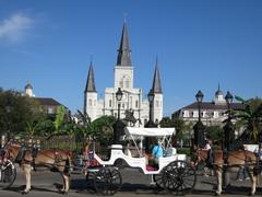 【ジャクソン広場】広場の後ろには大聖堂が