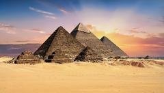 【クフ王の大ピラミッド】一番奥に見えるのがクフ王の大ピラミッド。遠くにあるため小さく見えるが、実際は一番大きい
