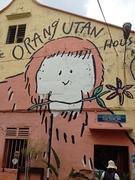 【オランウータン・ハウス】店の壁一面のオランウータンの絵が目印