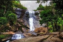 【テラガ・トゥジュ】勢いよく流れおちる滝