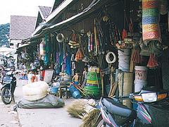 【オールド・マーケット】カゴ類や雑貨類も豊富に揃うマーケット。まとめ買いしてディスカウントを交渉しよう