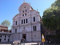 【サン・ザッカリア教会】美しく整然とした白大理石を使った後期ゴシックのファサード