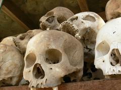 【キリング・フィールド】慰霊碑の中には頭蓋骨が重ねられている
