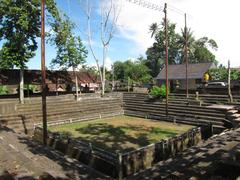 【プスリン・ジャガッ寺院】村の闘鶏場が併設されている