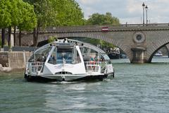 【バトビュス】セーヌ川を移動する船のバス