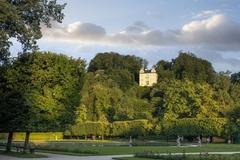 【ヘルブルン宮殿】庭園の一角、小高い丘の上に建つモナーツシュレッスルは民俗博物館になっている