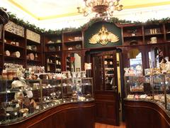 【ヴィーナー・ショコラーデ・ケーニッヒ】クラシックで重厚な雰囲気の店舗内部