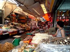 【東門市場(トウモンイチバ)】食材から日用品、雑貨類に至るまで、すべてのものが揃って