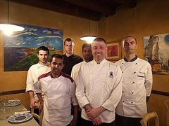 【ロステ・スクーロ】オーナー シモーネさん(右前)と厨房のコックさんたち