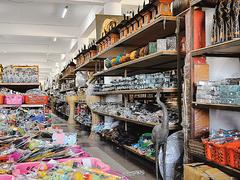 【ジェネバ・ハンディクラフト・センター】2フロアに分かれた店内に、ぎっしりと商品が並ぶ