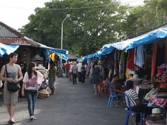 【タナ・ロット寺院】敷地内には土産屋や民芸店が並ぶ