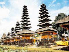 【タマン・アユン寺院】境内奥に立つ高層のメル